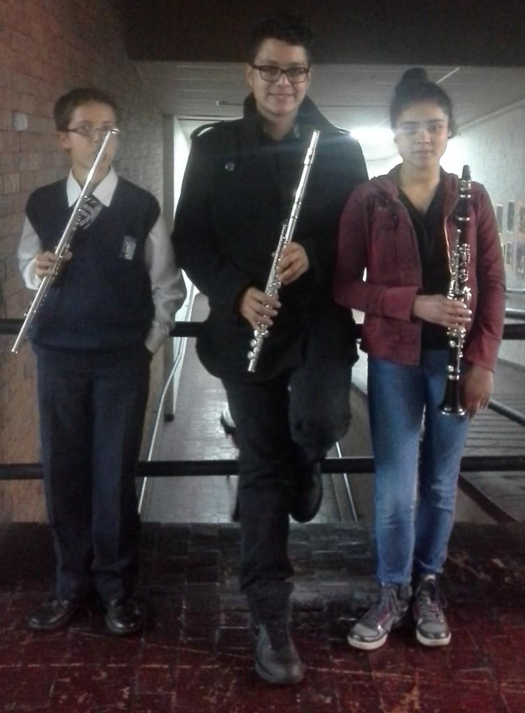 Elias Rodríguez, Santiago Acosta y Nicole Cano, integrantes de la Banda Sinfónica Juvenil de Chía