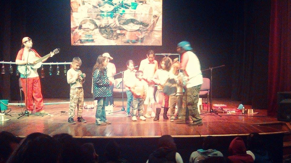 Niños y niñas interactúan con los integrantes del grupo musical mexicano Los Botes Cantan