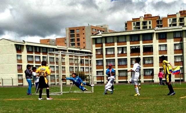 Camilo Marín atajando una oportunidad de gol.