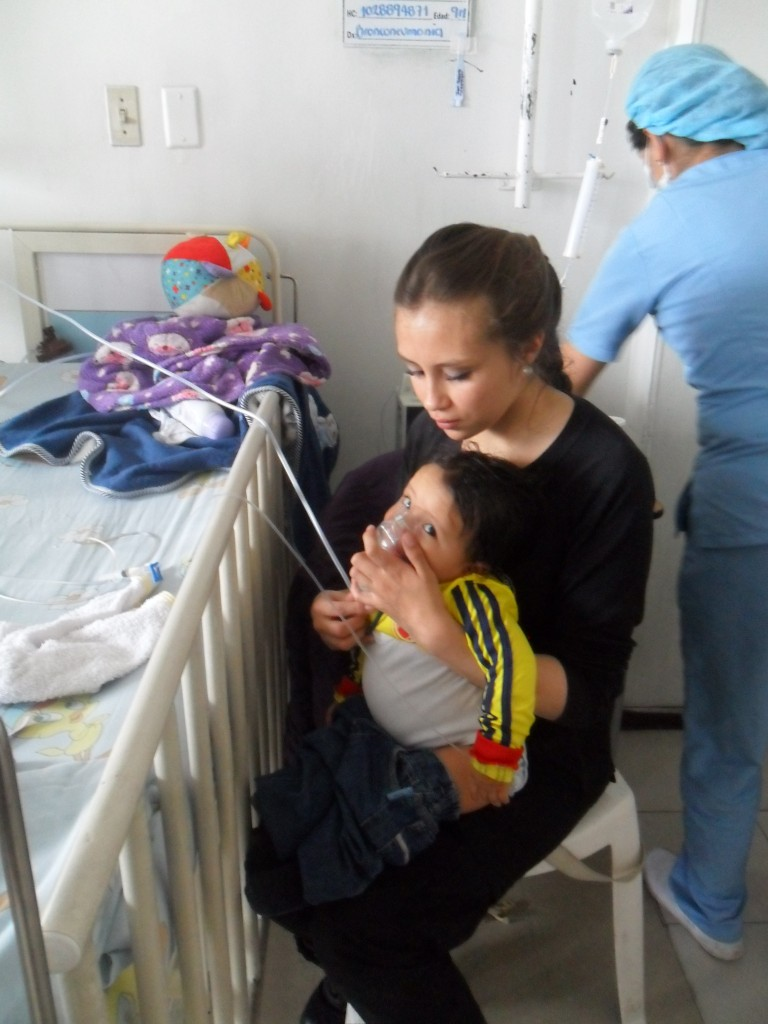 Laura Velázquez junto con Juan Sebastián hacen terapia respiratoria.