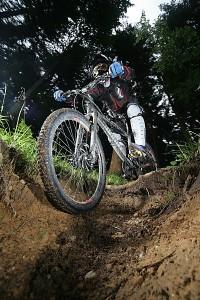 DownHill extremo, descenso rápido con pedaleo | Foto http://www.latincolorimages.com/lc_search_result?page=4