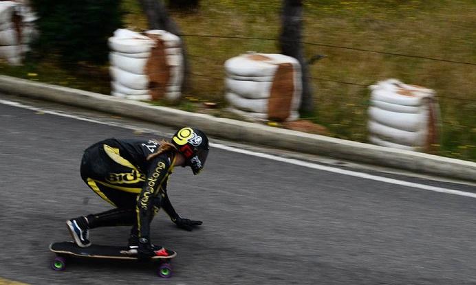 Los deportista que practican esta disciplina pueden llegar a velocidades de hasta 100 kilómetros por hora en bajadas.