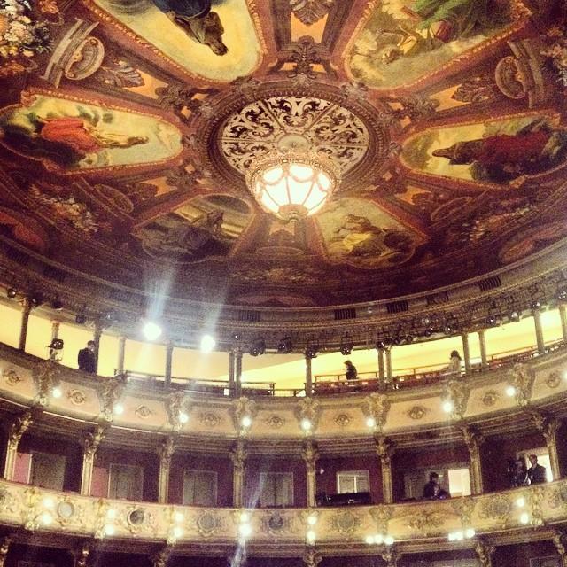 El Teatro Colón cuenta con una sala principal para 848 personas, una sala para ensayos y el Foyer.