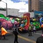 Con carrozas se vivió la caminata por la solidaridad