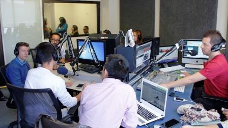 Estudiantes en el programa radial Fuera de lo Común de POLIRADIO, emisora por internet del Politécnico Grancolombiano.