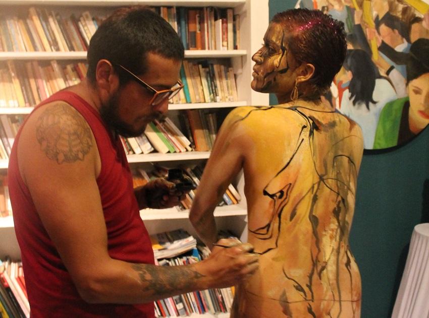 Mauricio Báez, artista corporal plasma sobre la modelo María Paula Maldonado una experiencia que tuvo ella en la Cierra Nevada.