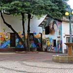 Pie de foto, Las casas que rodean El Chorro son un lienzo para los artistas de murales
