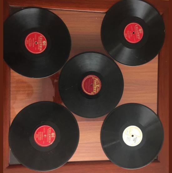 Tornamesa y discos de vinilos; elementos de gran relevancia en ASODISCOL, considerados una reliquia en la actualidad.