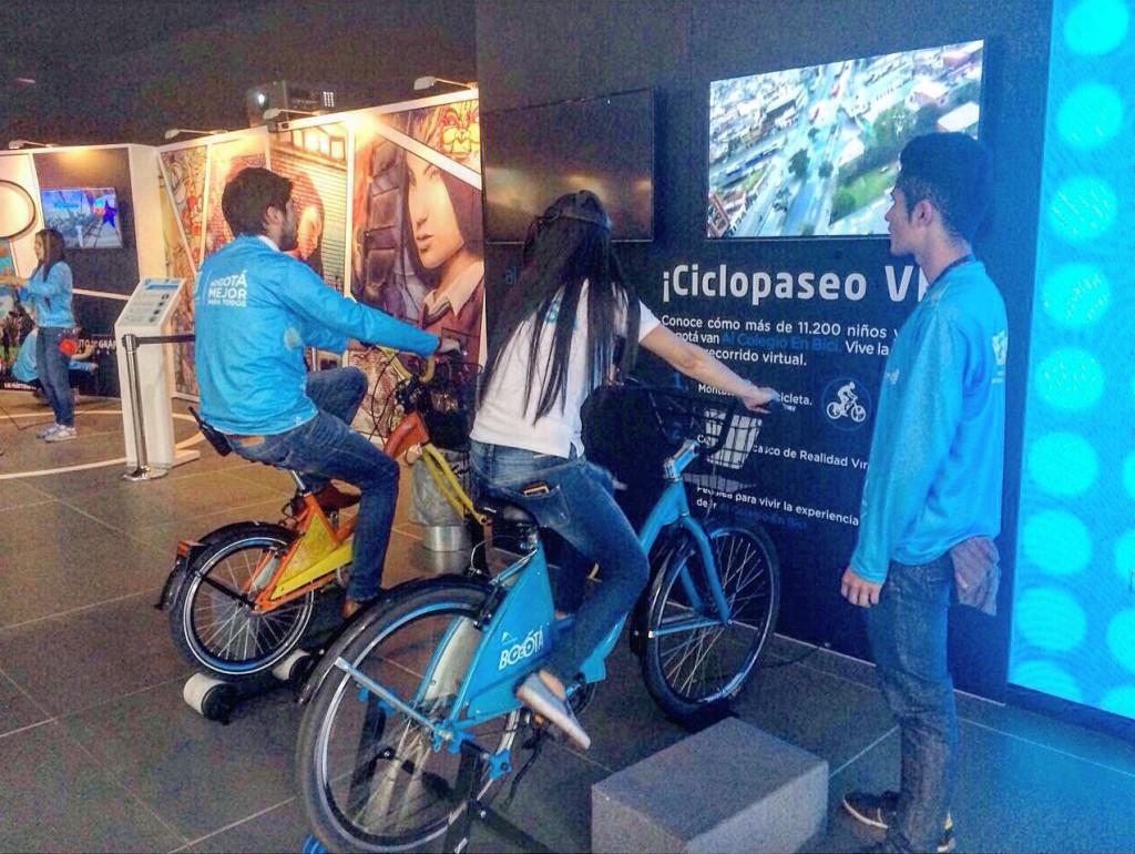 """Carpa de la Alcaldía con el proyecto """"Al Colegio en Bici"""" desde una realidad virtual."""