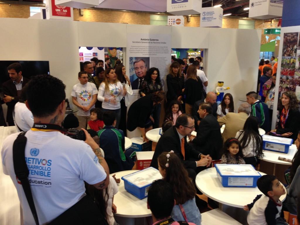 Directores de la ONU acompañado a los jóvenes a construir con lego un mundo mejor.